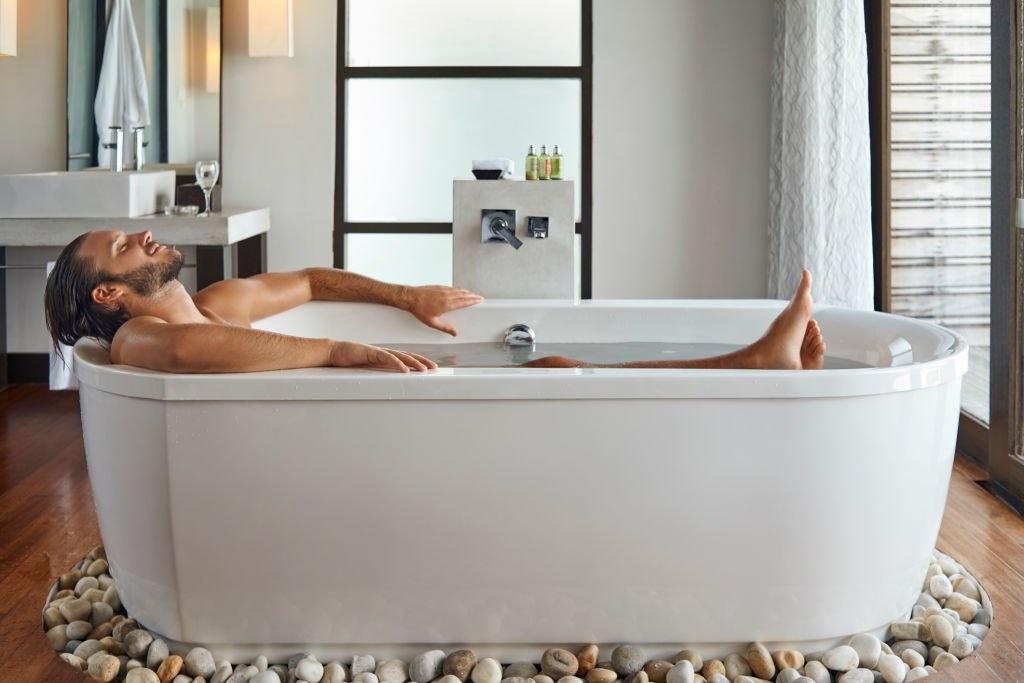 hombre bañandose por cansancio por cuarentena